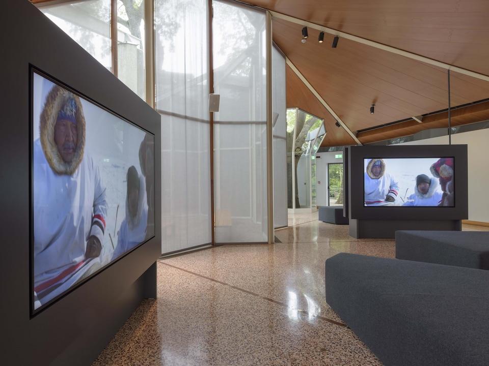 Des écrans montrent un film d'Isuma.