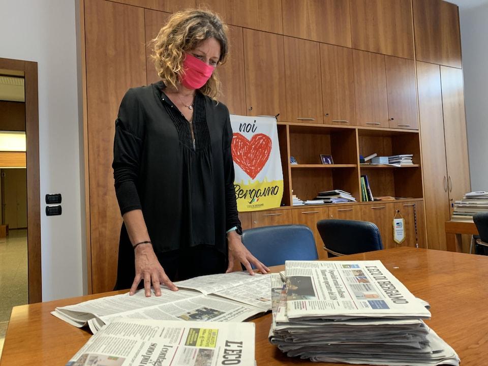 Daniela Taiocchi consulte un quotidien.