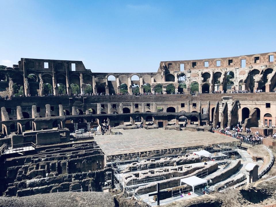 Vue des fouilles archéologiques se déroulant à l'intérieur du Colisée de Rome.