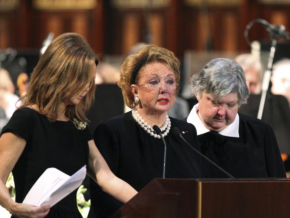 Elle est au lutrin, entourée de ses filles.
