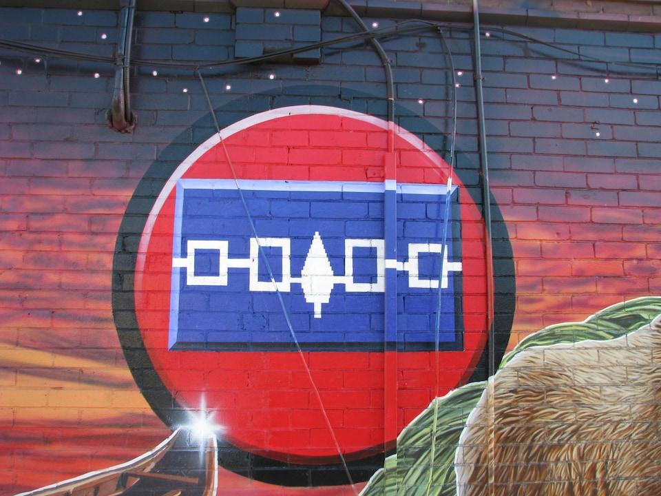 Une fresque représentant le symbole de la confédération haudenosaunee [iroquoise] à Toronto, au coin des avenues Spadina et Dupont.
