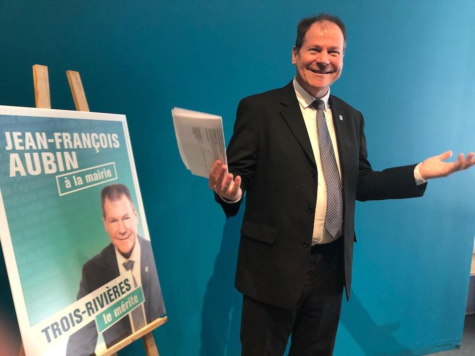 Jean-François Aubin aux côtés de sa pancarte électorale