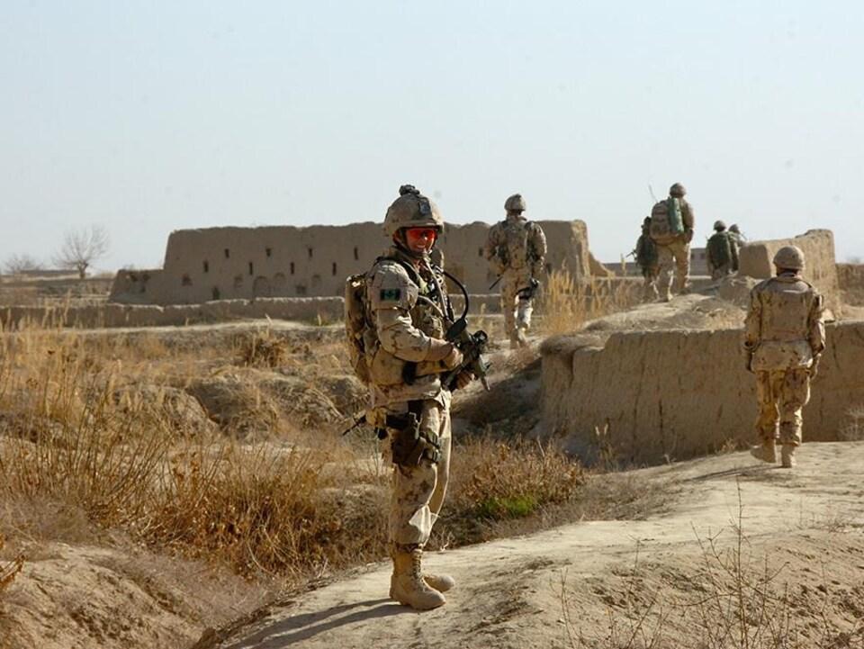 Jennie Carignan en uniforme militaire dans une zone désertique, en Afghanistan, en 2010.