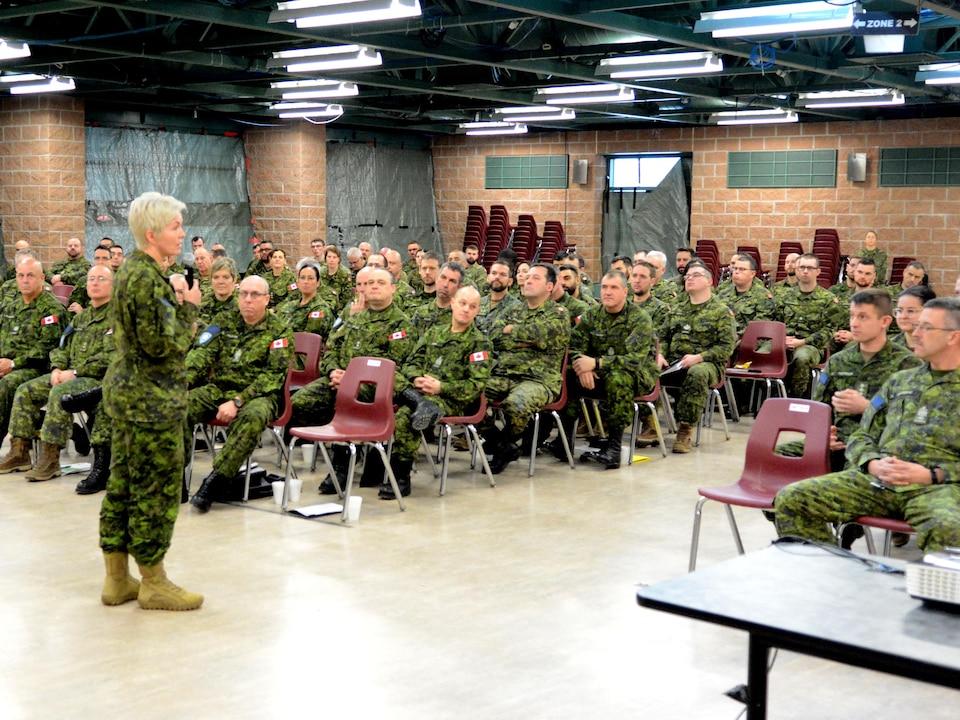 La majore-générale Carignan s'adressant à une audience de militaires canadiens dans une caserne.