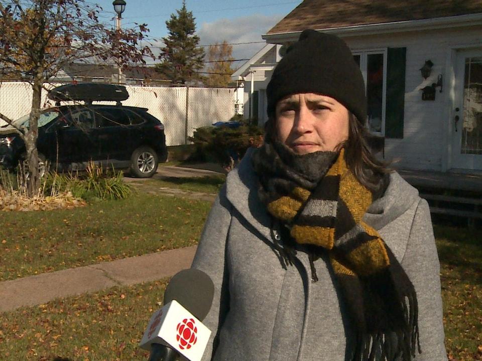 Jessica Belisle en entrevue devant une maison.