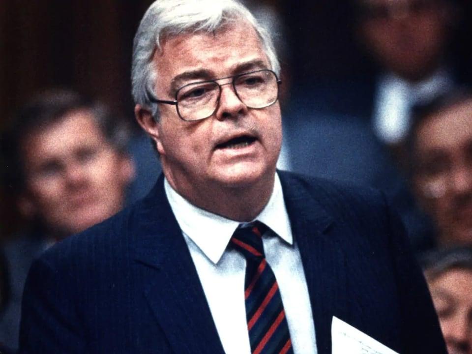 Il prononce un discours à la Chambre des communes.