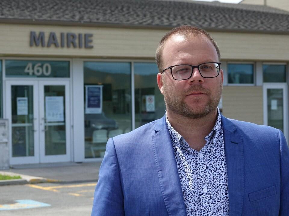 Jonathan Lapierre devant la mairie des Îles-de-la-Madeleine, en été.