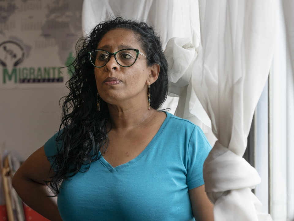 Viviana Medina debout devant une fenêtre.