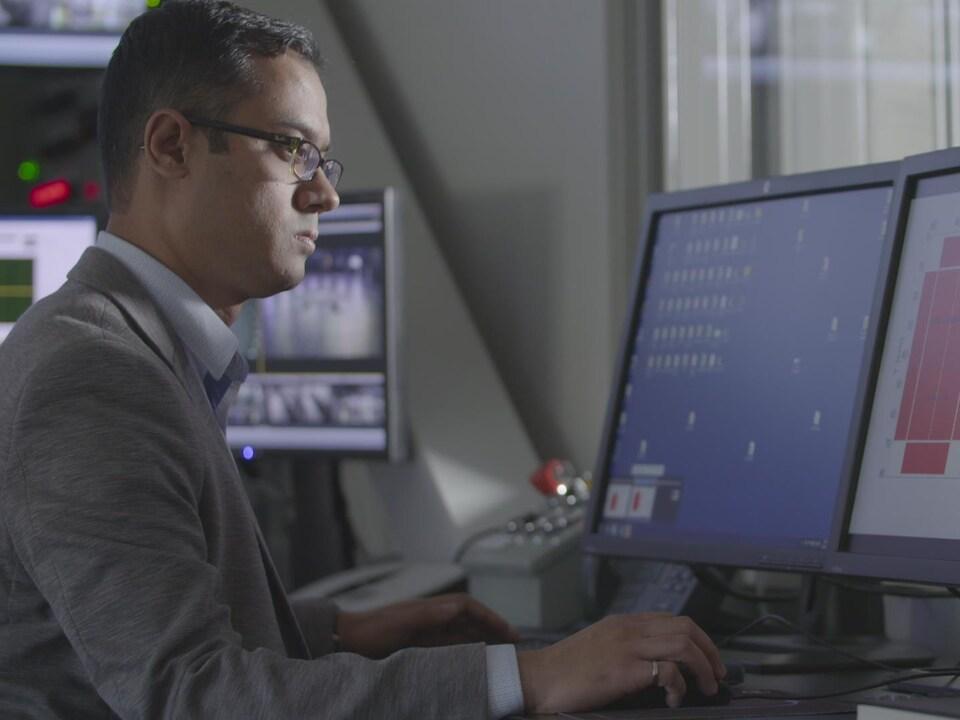 Le chercheur regarde son écran d'ordinateur.