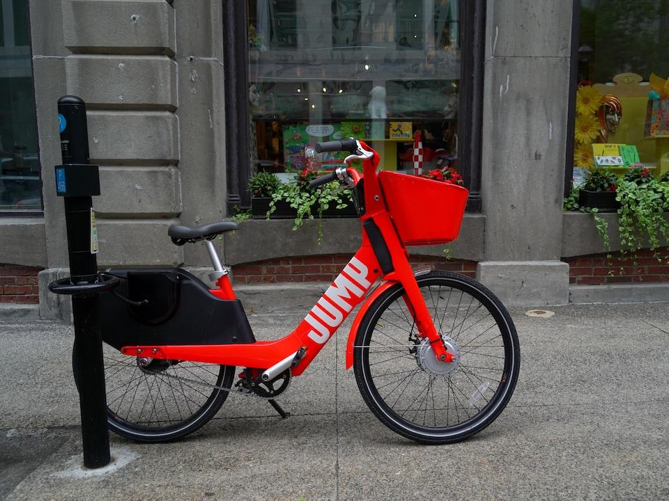 Le vélo est verrouillé sur une borne de stationnement.