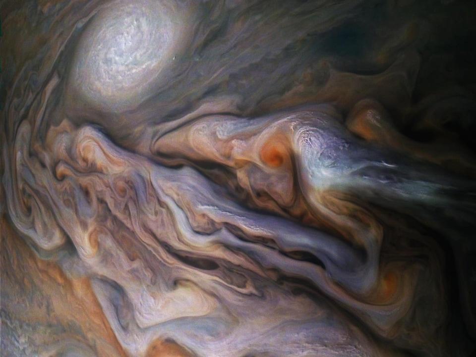 Photo de la surface de Jupiter où apparaissent plusieurs nuages, dont l'anticyclone connu sous le nom d'ovale blanc (white oval).