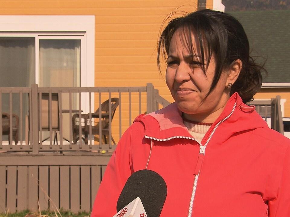 Kahina Cyr lors d'une entrevue, devant son gîte.