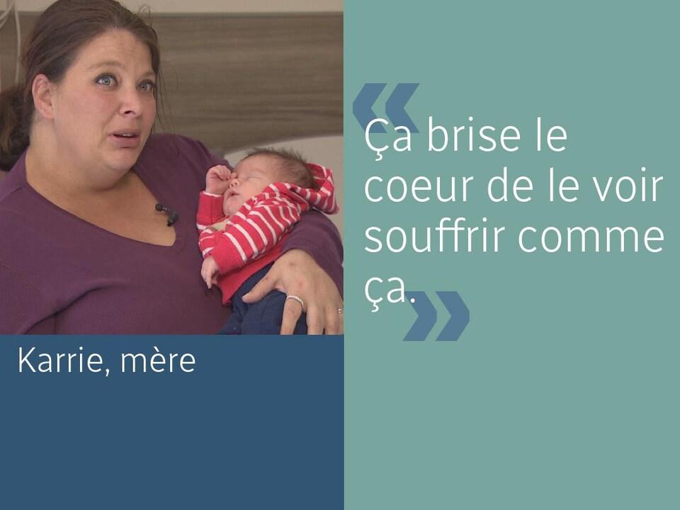 Une mère, Karrie, tient son bébé dans les bras en disant : « Ça brise le coeur de le voir souffrir comme ça. »
