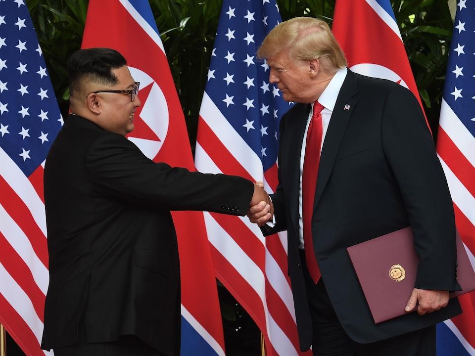 Kim Jong-un serre la main à Donald Trump.