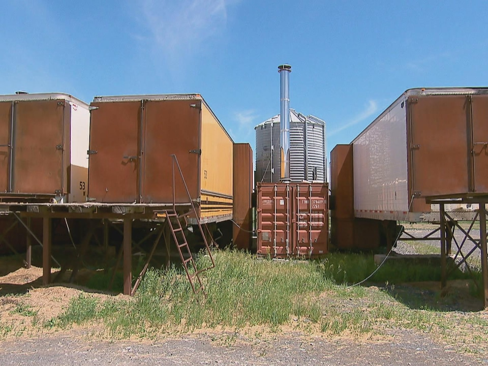 Le séchoir à foin est composé de remorques de camions et d'un silo pour les granules de bois.