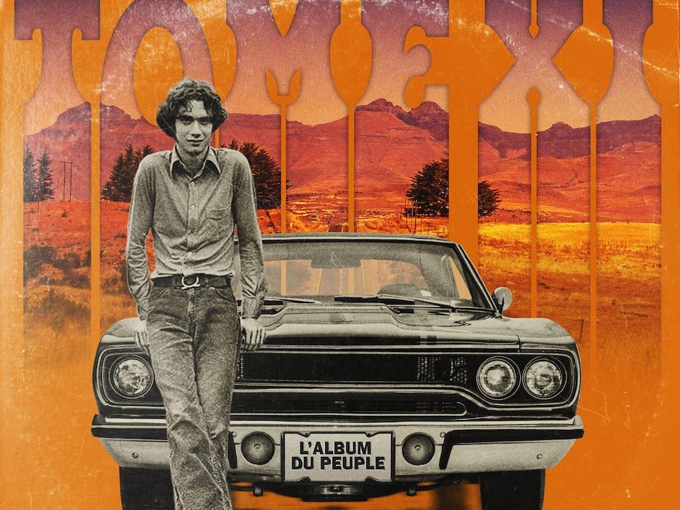 Sur un fond orange, un homme est assis sur le capot d'une voiture.