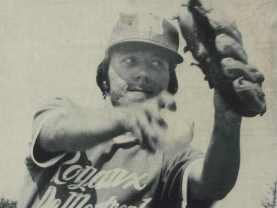Un joueur de baseball lance une balle
