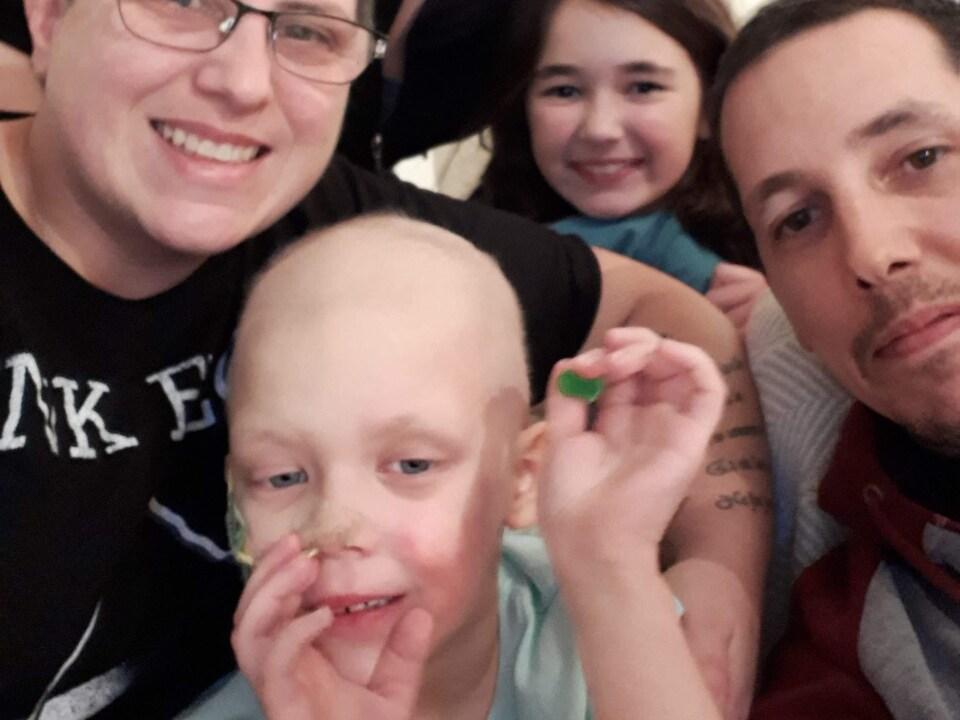La petite Léanne Baril, 4 ans, se trouve à Philadelphie pour subir des traitements médicaux. Sur cette photo, elle est entourée de sa famille.