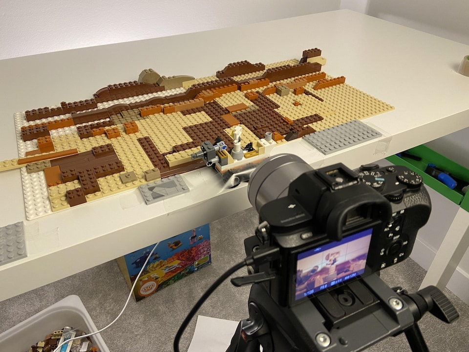 Un appareil photo et des Lego.