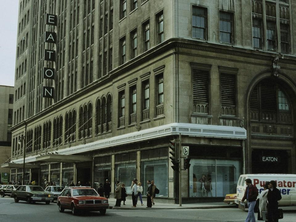 Façade du grand magasin Eaton sur la rue Sainte-Catherine, à Montréal.
