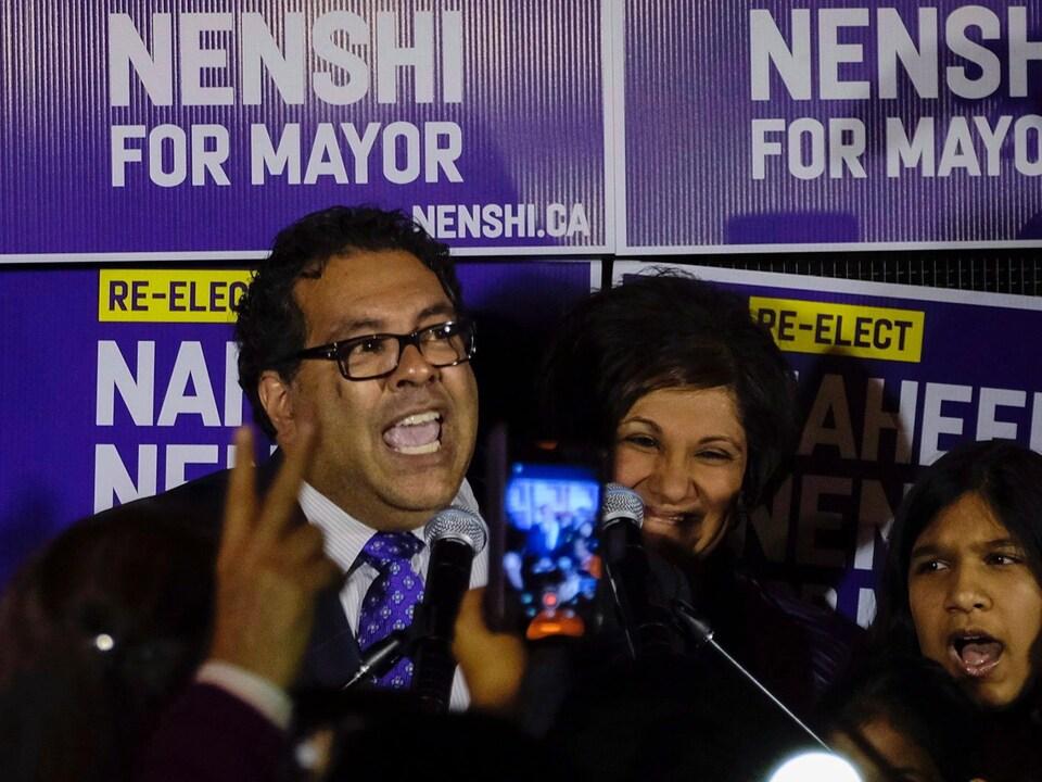 Le maire de Calgary, Naheed Nenshi, célèbre sa victoire.
