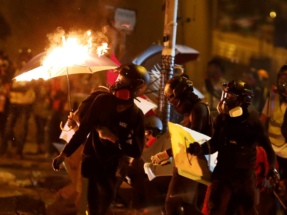 Des manifestants lors d'affrontements avec la police à Hong Kong