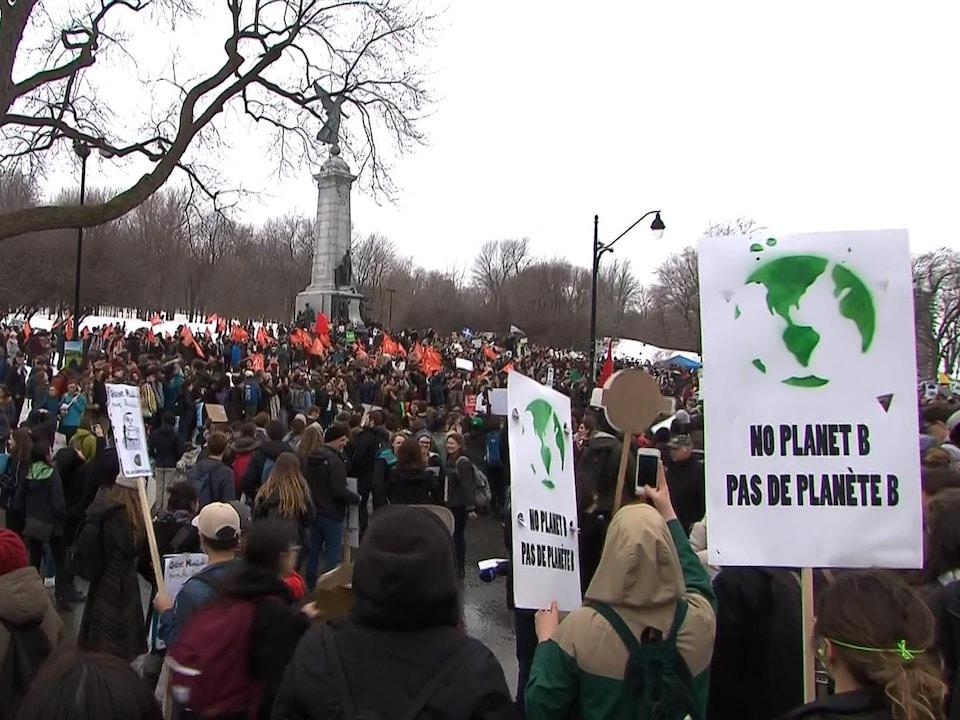La marche pour le climat a pris son départ au pied du monument à George-Étienne Cartier, en face du parc Jeanne-Mance.