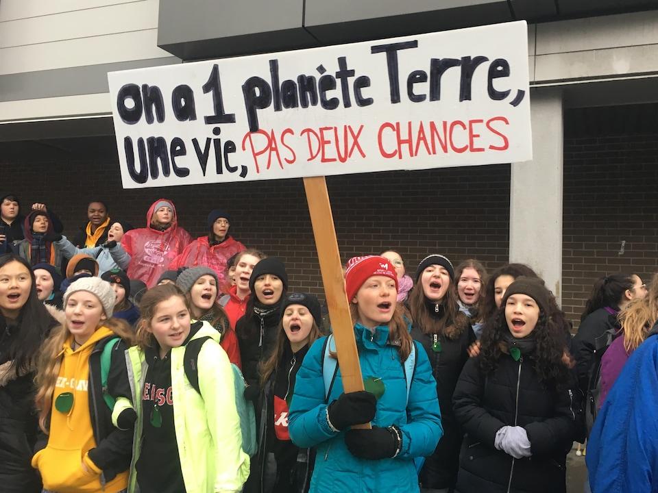 Des jeunes manifestants devant l'École secondaire Robert-Gravel.