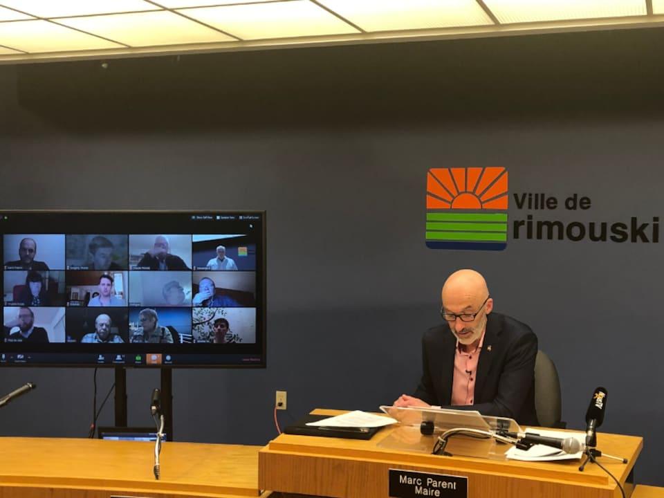 Le maire de Rimouski, Marc Parent, pendant une séance du conseil municipal où tous les conseillers sont en visioconférence.