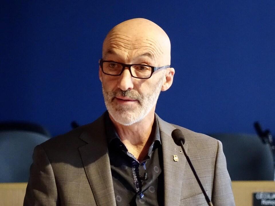 Marc Parent lors d'une rencontre du conseil municipal de Rimouski.