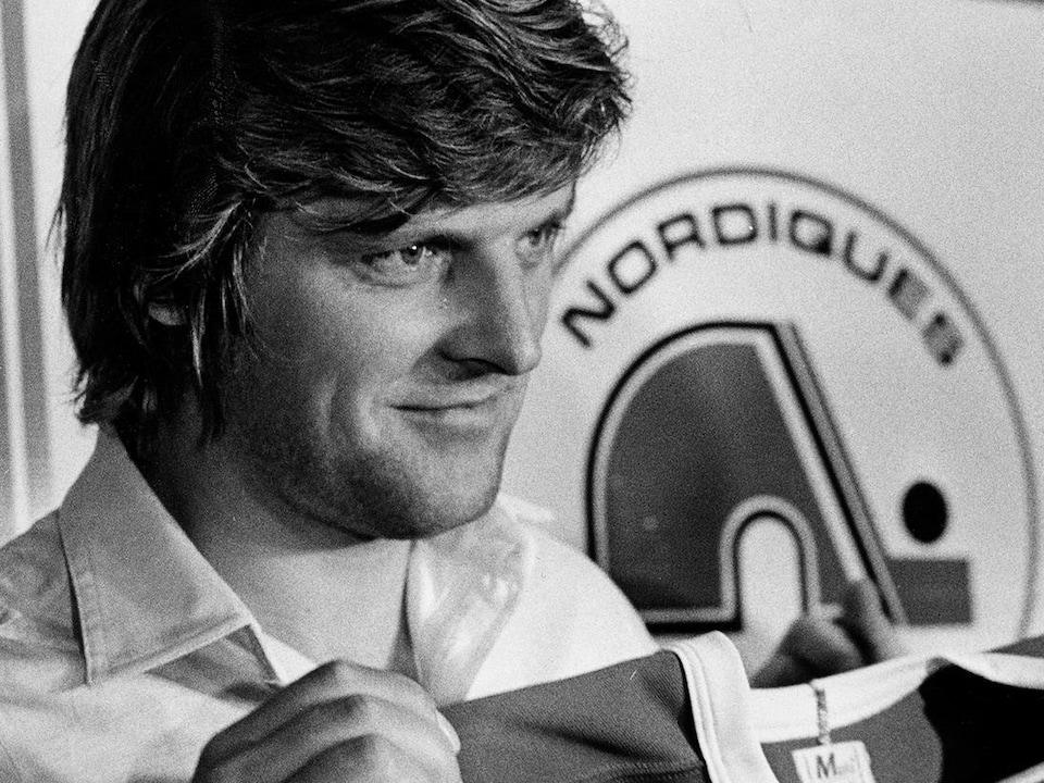 Marian Stastny tient un chandail des Nordiques lors d'une conférence de presse à Montréal le 6 juin 1981.