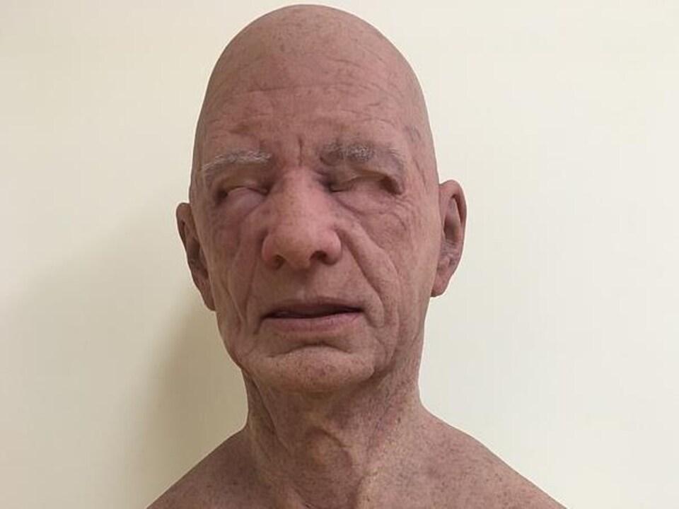 Exemple d'un masque hyperréaliste.