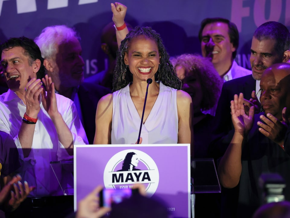 Maya Wiley prononce un discours, entourée de gens.