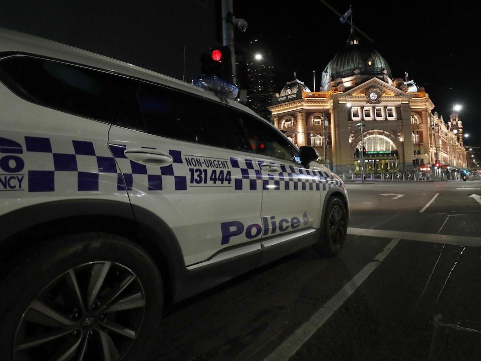 La police de Victoria patrouille dans les rues désertes de Melbourne.