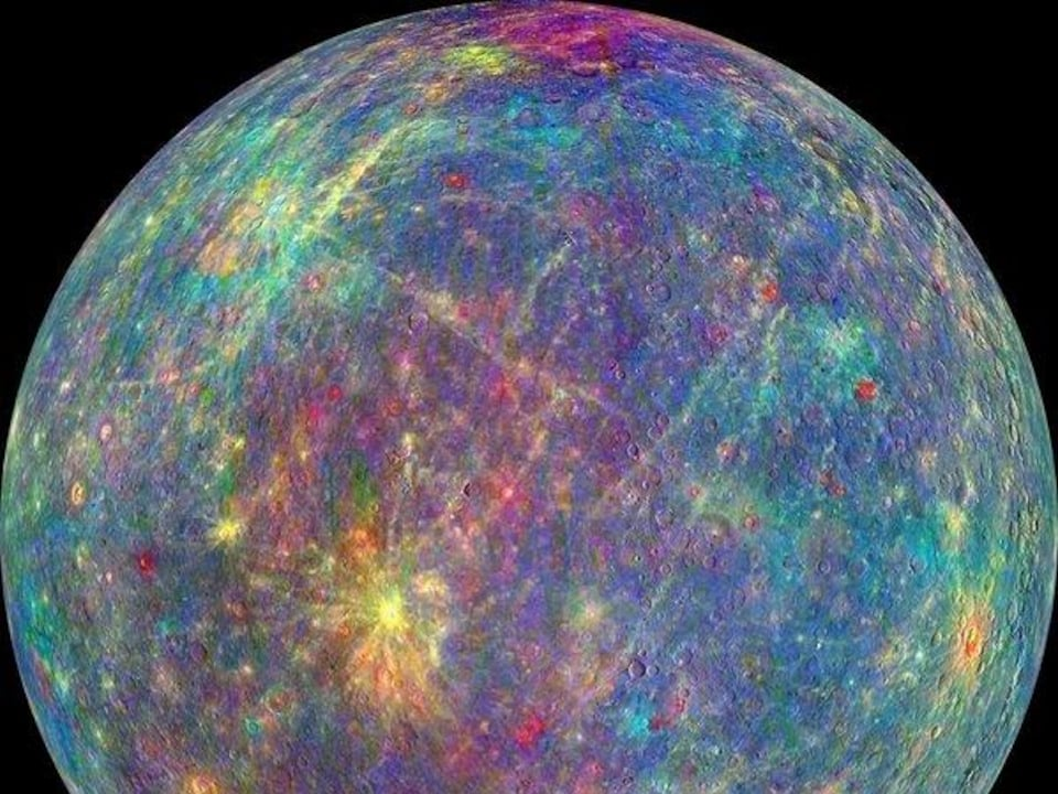 Bien que Mercure puisse paraître terne à l'œil humain, différents minéraux apparaissent dans un arc-en-ciel de couleurs sur cette image captée par la sonde Messenger.