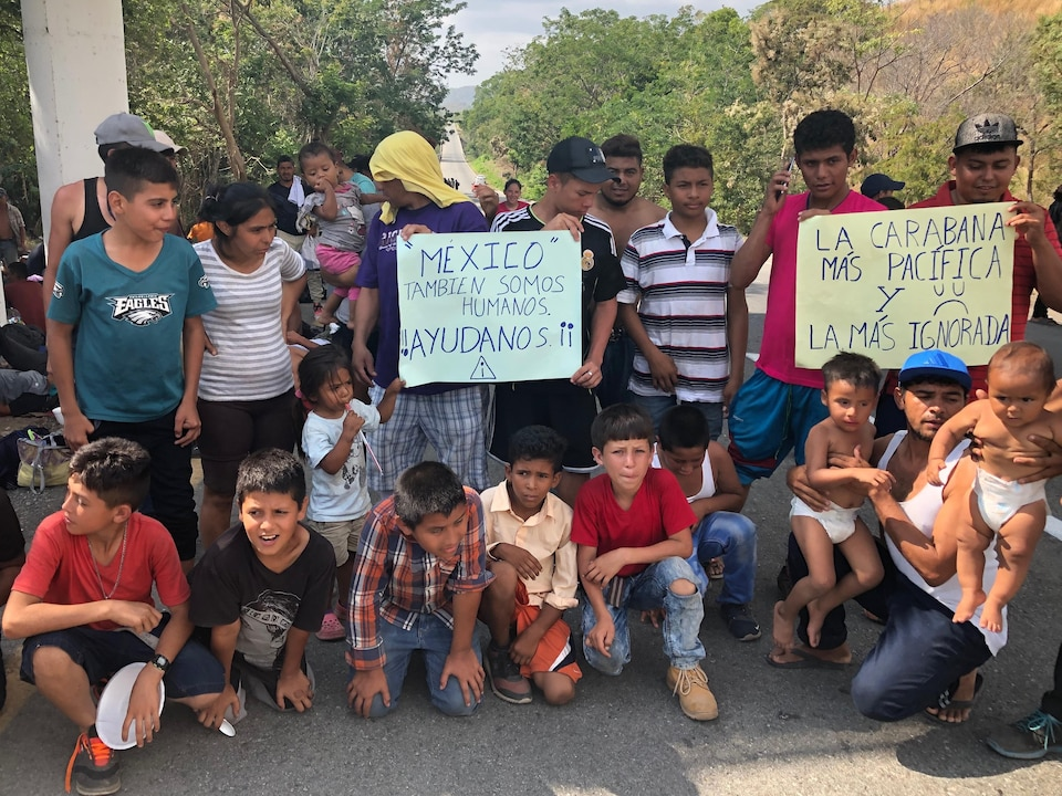Des migrants posent pour notre caméra.