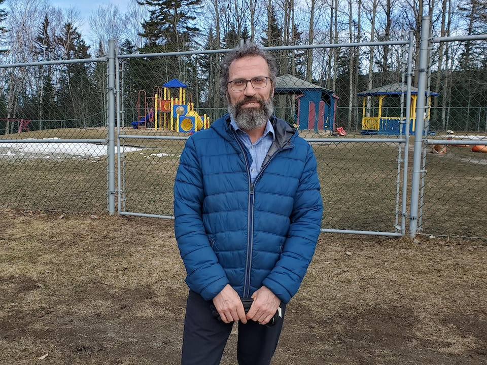 Michel Rioux devant le parc du CPE.