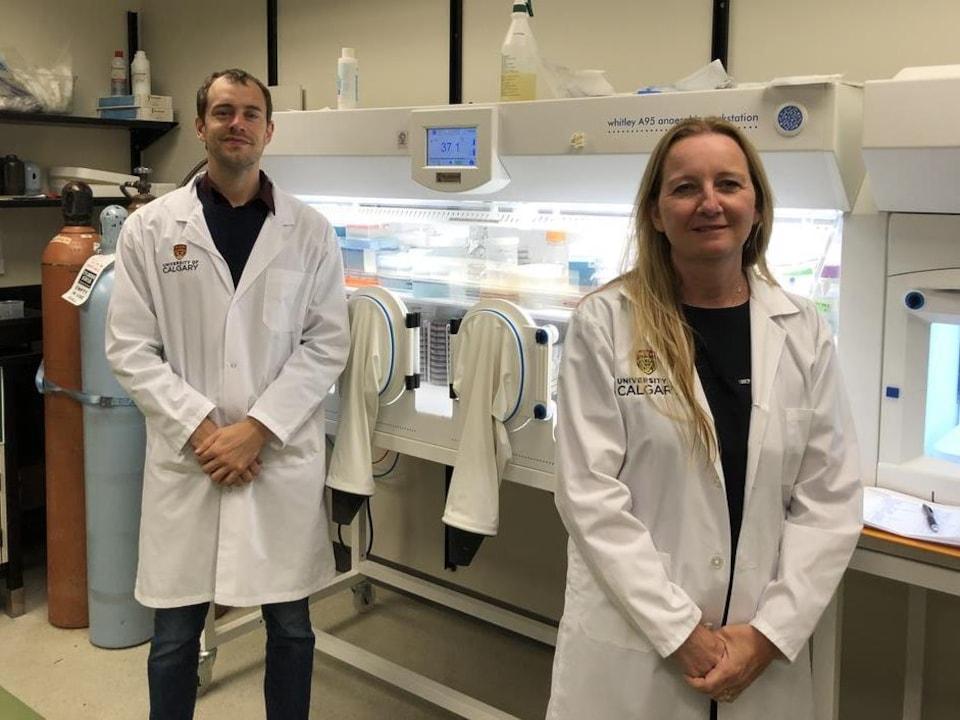 Lukas Mager and Kathy McCoy dans un laboratoire.