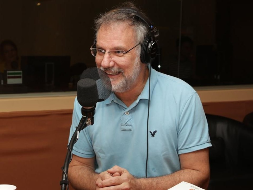 JiCi Lauzon en studio pendant une entrevue radio