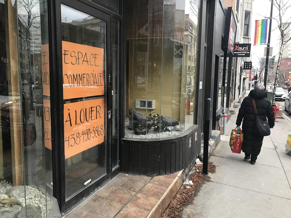 Une affiche à louer se trouve dans la fenêtre d'un local du centre-ville de Montréal.