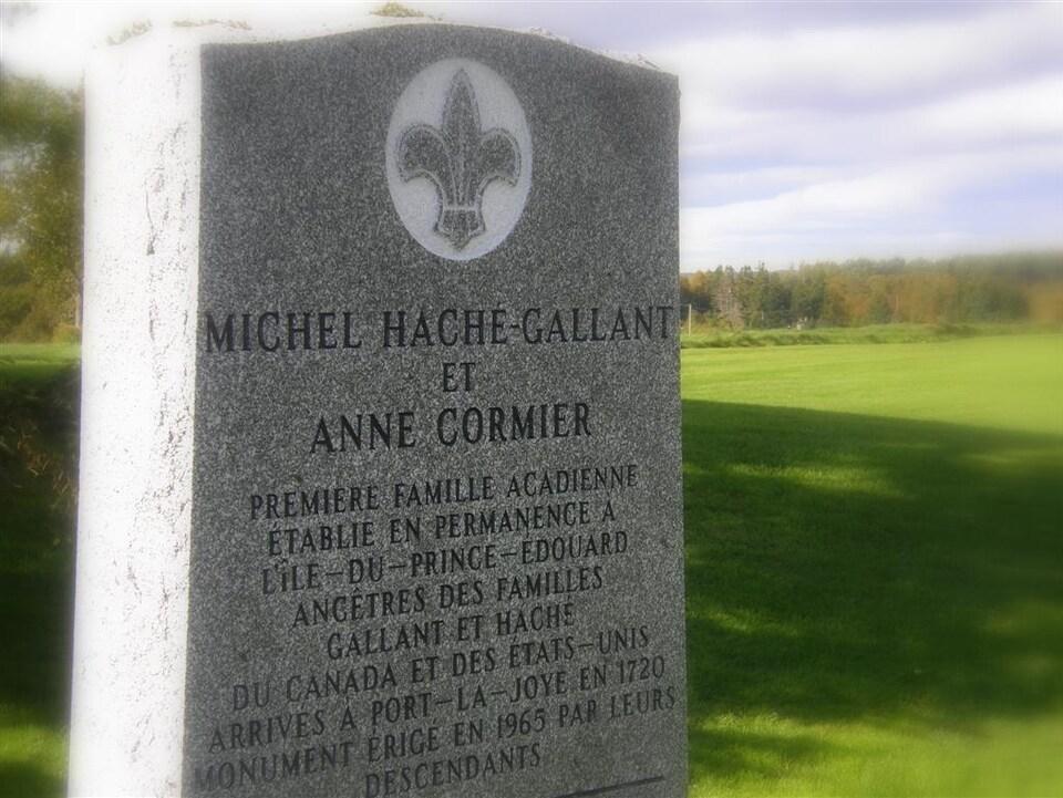 Un monument de granit sur lequel il est inscrit que Michel Haché et sa femme ont été la première famille acadienne établie en permanence à l'Île-du-Prince-Édouard.