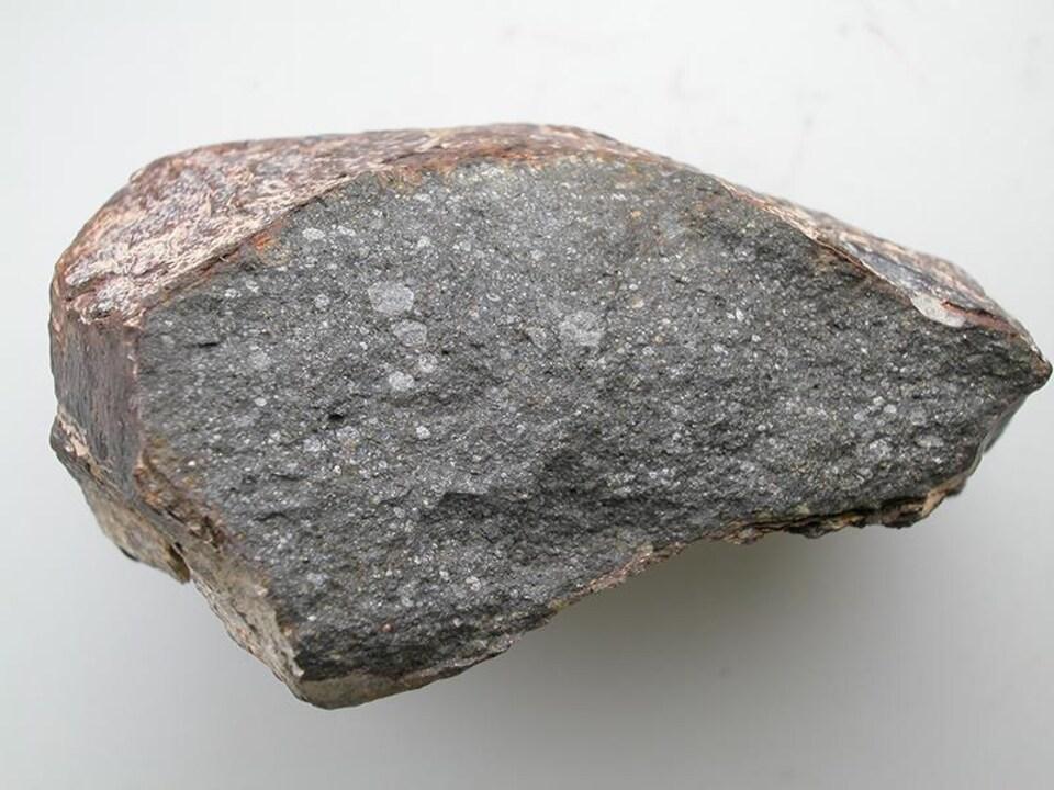 Un morceau d'environ 10 cm de la météorite Sahara 97096.