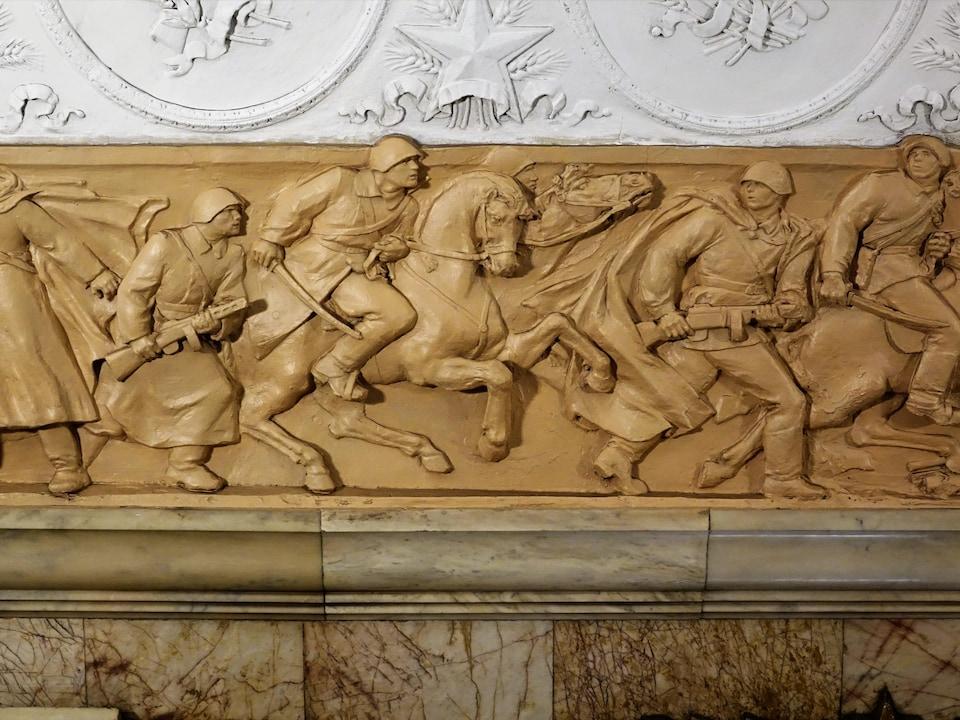 Une frise sculptée montre des soldats en pleine action et leurs chevaux à la station Novokuznetskaya.