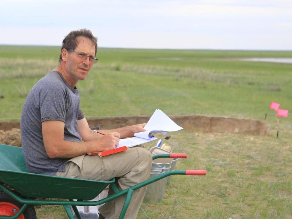 Le Pr Gideon Shelach-Lavi sur le site des fouilles archéologiques.