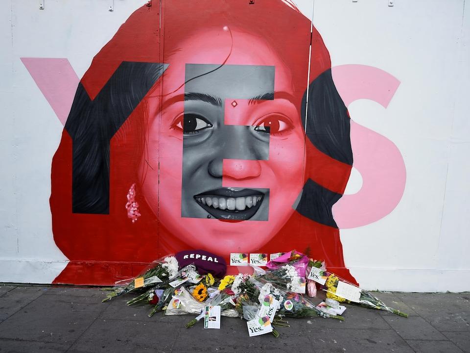 Des fleurs ont été déposées au pied de la murale représentant Savita Halappanavar, qui est morte après que des médecins eurent refusé de l'avorter alors qu'elle faisait une fausse couche, en 2012.