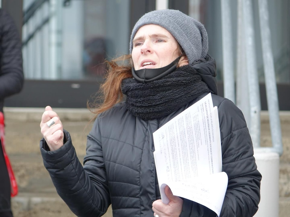 Nancy Belleau prend la parole lors d'une manifestation.