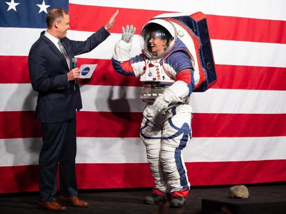 L'administrateur de la NASA Jim Bridenstine et l'ingénieure en combinaison spatiale Kristine Davis..