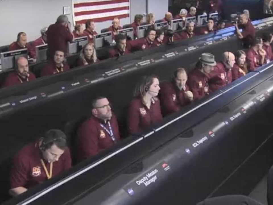Les membres de l'équipe scientifique lors des derniers moments avant que la sonde se pose à la surface de Mars.