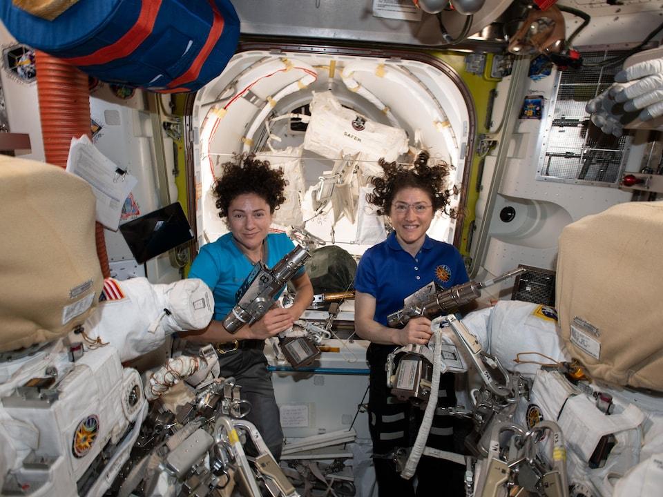 Les astronautes américaines Christina Koch et Jessica Meir à la veille de leur sortie spatiale.
