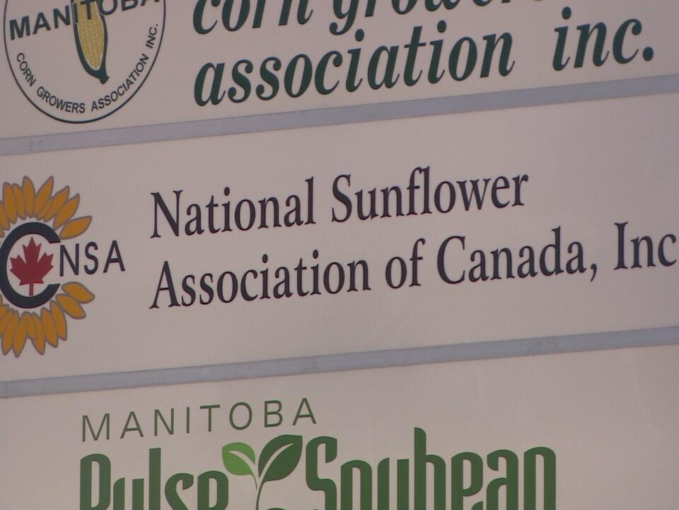 Gros plan sur un panneau de l'Association nationale de tournseols du Canada